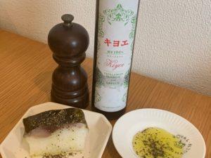 金華鯖寿司にオリーブオイルと黒胡椒